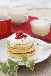ラズベリーのパンケーキの写真素材 [FYI01197202]