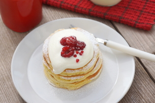 ラズベリーのパンケーキの写真素材 [FYI01197203]