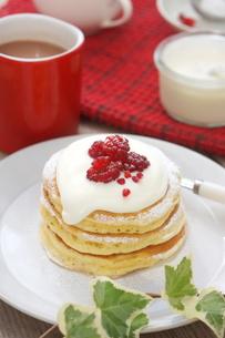 ラズベリーのパンケーキの写真素材 [FYI01197204]