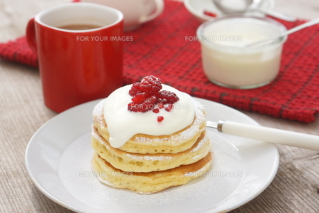 ラズベリーのパンケーキの写真素材 [FYI01197206]