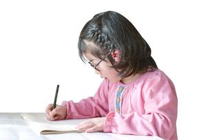 勉強する女の子の写真素材 [FYI01197214]