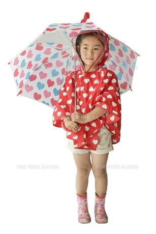 傘をさすこどもの写真素材 [FYI01197237]