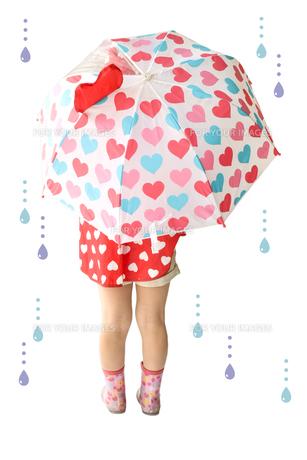 傘をさすこどもの写真素材 [FYI01197238]