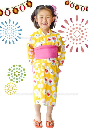 花火と浴衣のこどもの写真素材 [FYI01197240]