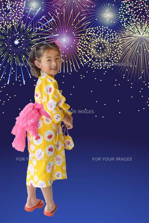花火と浴衣のこどもの写真素材 [FYI01197243]