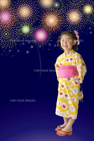花火と浴衣のこどもの写真素材 [FYI01197246]