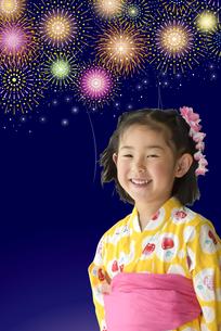 花火と浴衣のこどもの写真素材 [FYI01197247]
