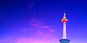 夕焼け空にライトアップされた京都タワーの写真素材 [FYI01197266]