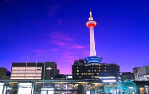 夕焼け空にライトアップされた京都タワーの写真素材 [FYI01197267]