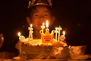 誕生日ケーキと女の子の写真素材 [FYI01197343]