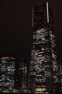 横浜みなとみらい地区の夜景(横浜ランドマークタワー)の写真素材 [FYI01197458]