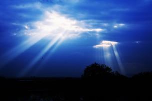 光芒・天使のはしご(薄明光線)の写真素材 [FYI01197497]
