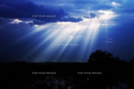 光芒・天使のはしご(薄明光線)の写真素材 [FYI01197499]