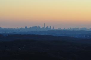 遠望 夜明けの都市の写真素材 [FYI01197514]