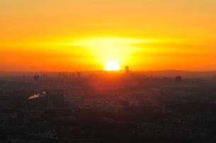 地平線から昇る太陽の日の出の写真素材 [FYI01197517]