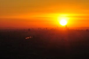 地平線から昇る太陽の日の出の写真素材 [FYI01197518]
