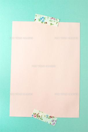 マスキングテープを貼った画用紙の写真素材 [FYI01197658]