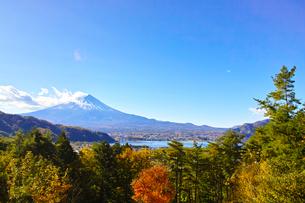 紅葉シーズンの河口湖と富士山の写真素材 [FYI01197862]