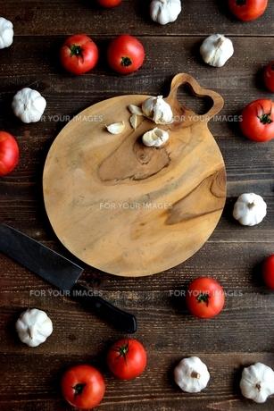 トマトとにんにくとまな板の写真素材 [FYI01197897]