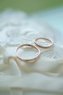 結婚式の指輪とリングピローのイメージの写真素材 [FYI01198091]