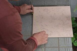 玄関のリフォーム ・ タイル工事の写真素材 [FYI01198447]