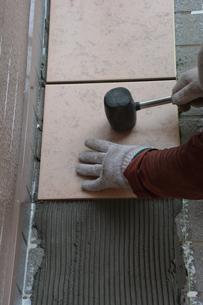 玄関のリフォーム ・ タイル工事の写真素材 [FYI01198448]