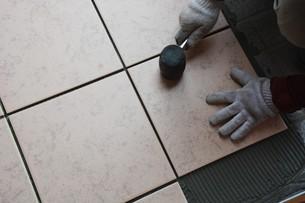 玄関のリフォーム ・ タイル工事の写真素材 [FYI01198449]