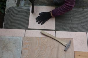 玄関のリフォーム ・ タイル工事の写真素材 [FYI01198455]