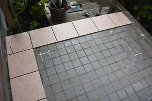 玄関のリフォーム ・ タイル工事の写真素材 [FYI01198464]