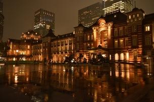 雨の日の東京駅の写真素材 [FYI01198469]