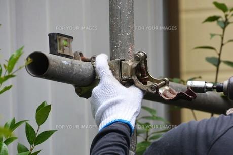 家のリフォーム ・ 屋根 外壁の塗装工事 / 足場組立 高圧洗浄 塗装工事の写真素材 [FYI01198487]