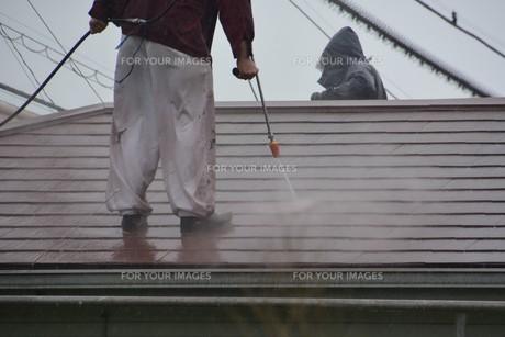 家のリフォーム ・ 屋根 外壁の塗装工事 / 足場組立 高圧洗浄 塗装工事の写真素材 [FYI01198490]