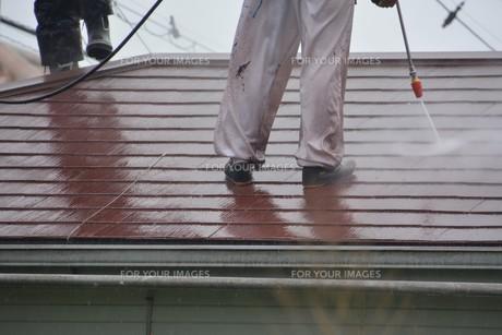 家のリフォーム ・ 屋根 外壁の塗装工事 / 足場組立 高圧洗浄 塗装工事の写真素材 [FYI01198492]