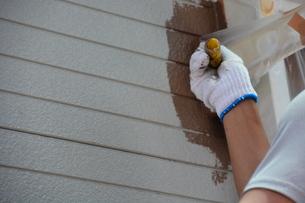 家のリフォーム ・ 屋根 外壁の塗装工事 / 足場組立 高圧洗浄 塗装工事の写真素材 [FYI01198493]