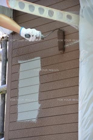 家のリフォーム ・ 屋根 外壁の塗装工事 / 足場組立 高圧洗浄 塗装工事の写真素材 [FYI01198495]