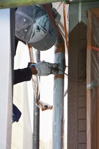 家のリフォーム ・ 屋根 外壁の塗装工事 / 足場組立 高圧洗浄 塗装工事の写真素材 [FYI01198496]