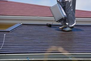 家のリフォーム ・ 屋根 外壁の塗装工事 / 足場組立 高圧洗浄 塗装工事の写真素材 [FYI01198497]