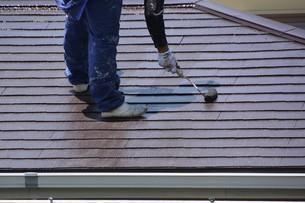 家のリフォーム ・ 屋根 外壁の塗装工事 / 足場組立 高圧洗浄 塗装工事の写真素材 [FYI01198500]
