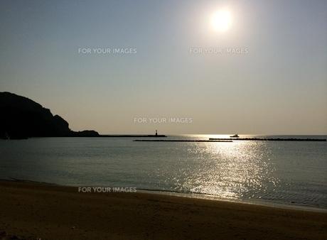 渚と夕陽の写真素材 [FYI01198540]