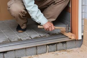 家のリフォーム ・ 玄関ドア 取り換え工事の写真素材 [FYI01198683]