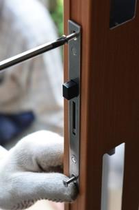 家のリフォーム ・ 玄関ドア 取り換え工事の写真素材 [FYI01198687]