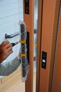 家のリフォーム ・ 玄関ドア 取り換え工事の写真素材 [FYI01198688]
