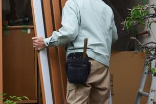 家のリフォーム ・ 玄関ドア 取り換え工事の写真素材 [FYI01198690]