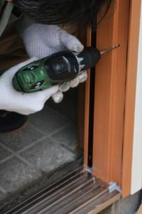 家のリフォーム ・ 玄関ドア 取り換え工事の写真素材 [FYI01198691]