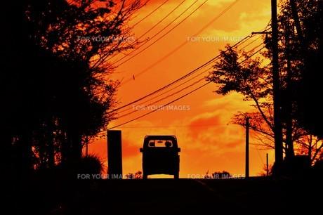 日本の風景 ・ 夕焼けシルエット 日暮れの帰りみちの写真素材 [FYI01198739]