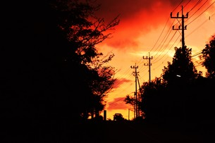 日本の風景 ・ 夕焼けシルエット 日暮れの帰りみちの写真素材 [FYI01198741]