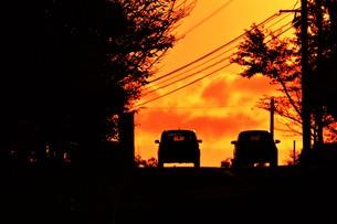 日本の風景 ・ 夕焼けシルエット 日暮れの帰りみちの写真素材 [FYI01198742]