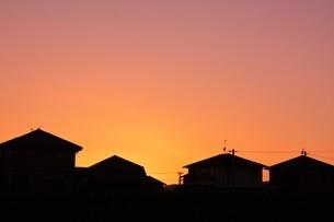 日本の風景 ・ 家並みの夕景シルエットの写真素材 [FYI01198755]