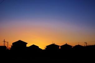 日本の風景 ・ 家並みの夕景シルエットの写真素材 [FYI01198756]