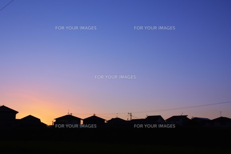 日本の風景 ・ 家並みの夕景シルエットの写真素材 [FYI01198757]